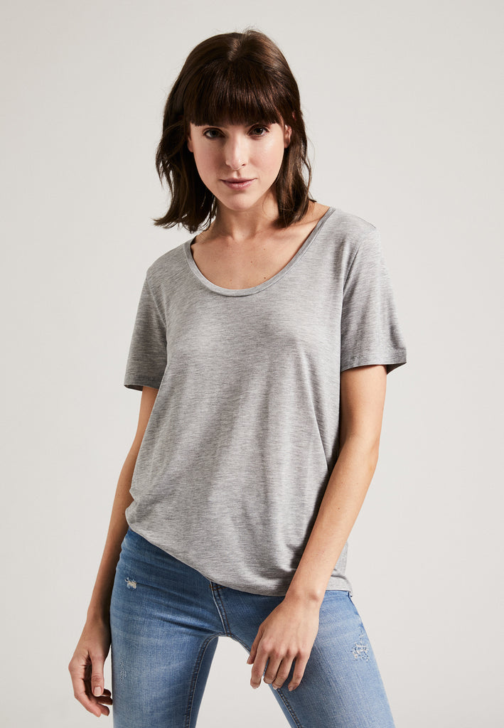 Grey| Model trägt Tencel Round Neck T-Shirt grau