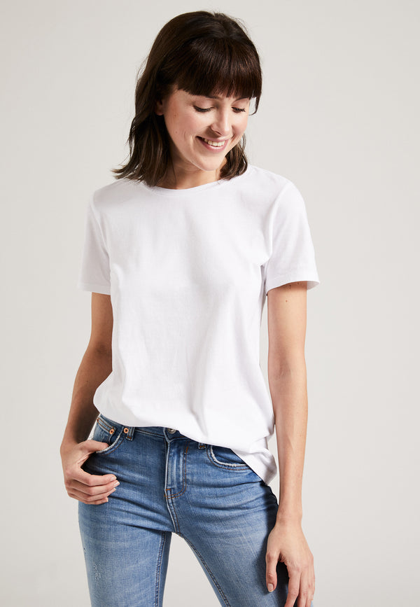 White| Model trägt the classic T-shirt in weiß