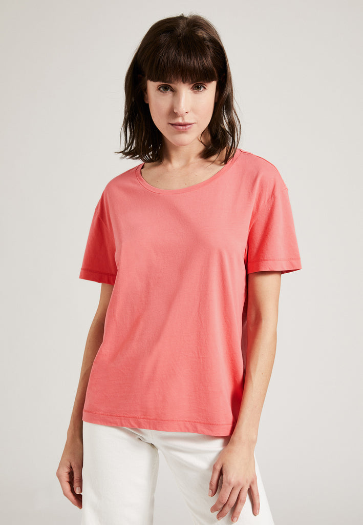 Coral| Model trägt Boxy T-Shirt coral