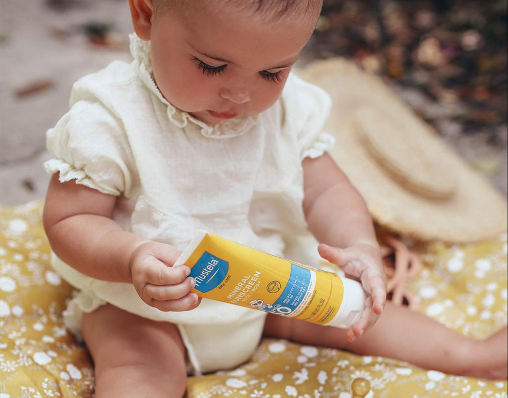 Baby hold Mustela Mineral sunscreen
