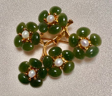 Load image into Gallery viewer, Jade and Fresh Water Pearl Brooch