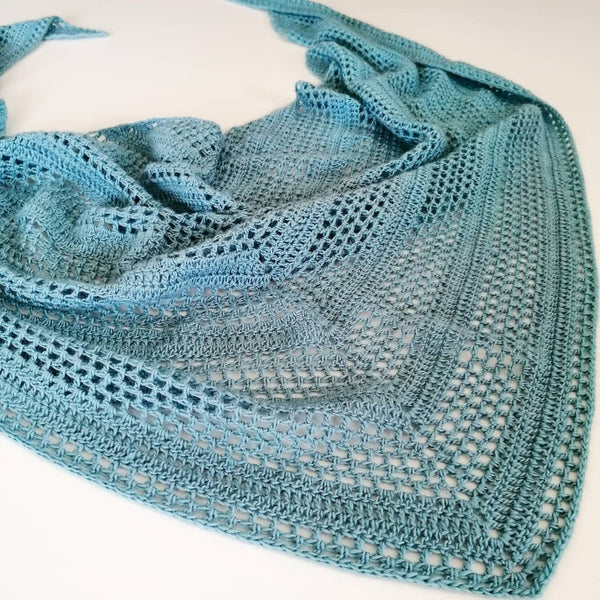 Crochet pattern 'Blue flower haze shawl'