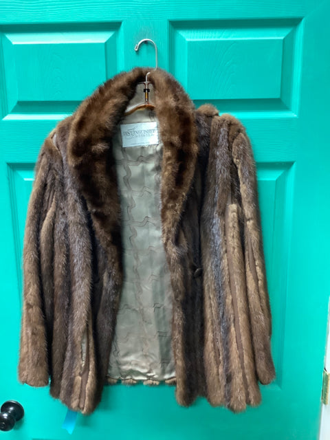 DISTINGUISHED FURRIERS Size M/L Fur