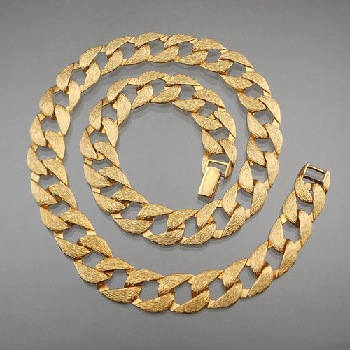 This is a vintage curb link chain necklace by Napier, signed on the clasp. Circa 1980, textured gold tone finish.  Excellent vintage pre-owned condition. Finish loss to the end of the necklace due to contact with the fold over clasp.  FREE Shipping via USPS standard shipping to Continental US locations