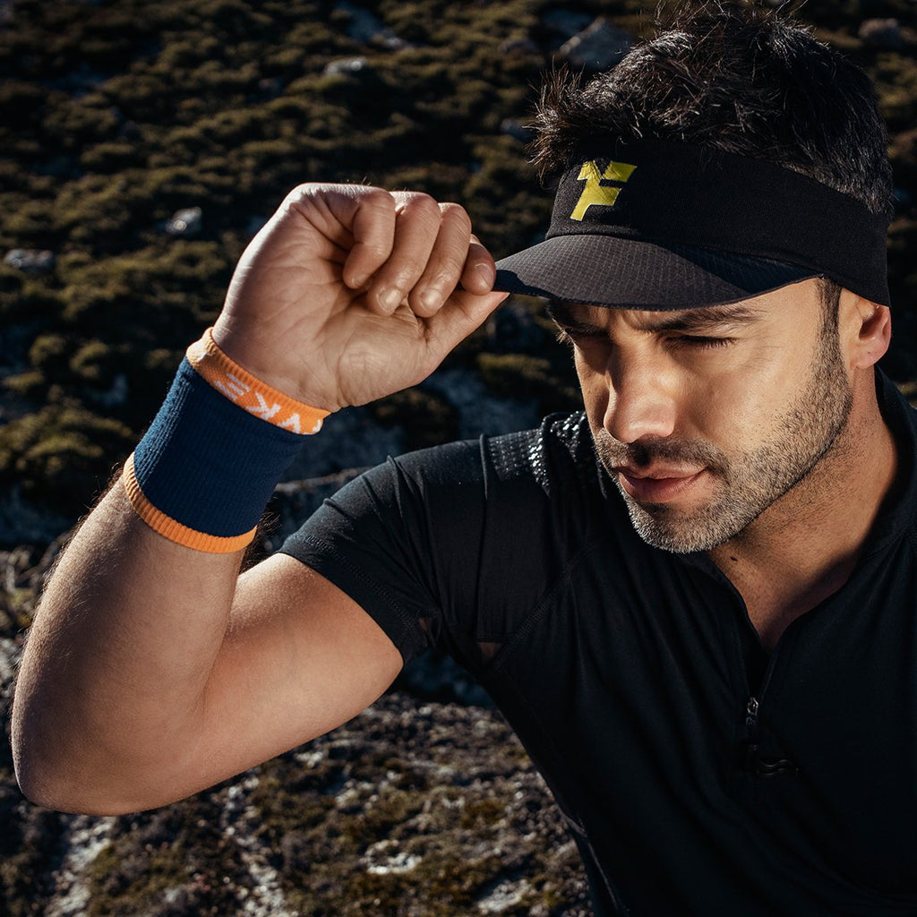 Man wearing a Fyke trail running visor
