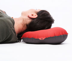 Exped Airpillow M - rygliggende med den smalle side mod kroppen