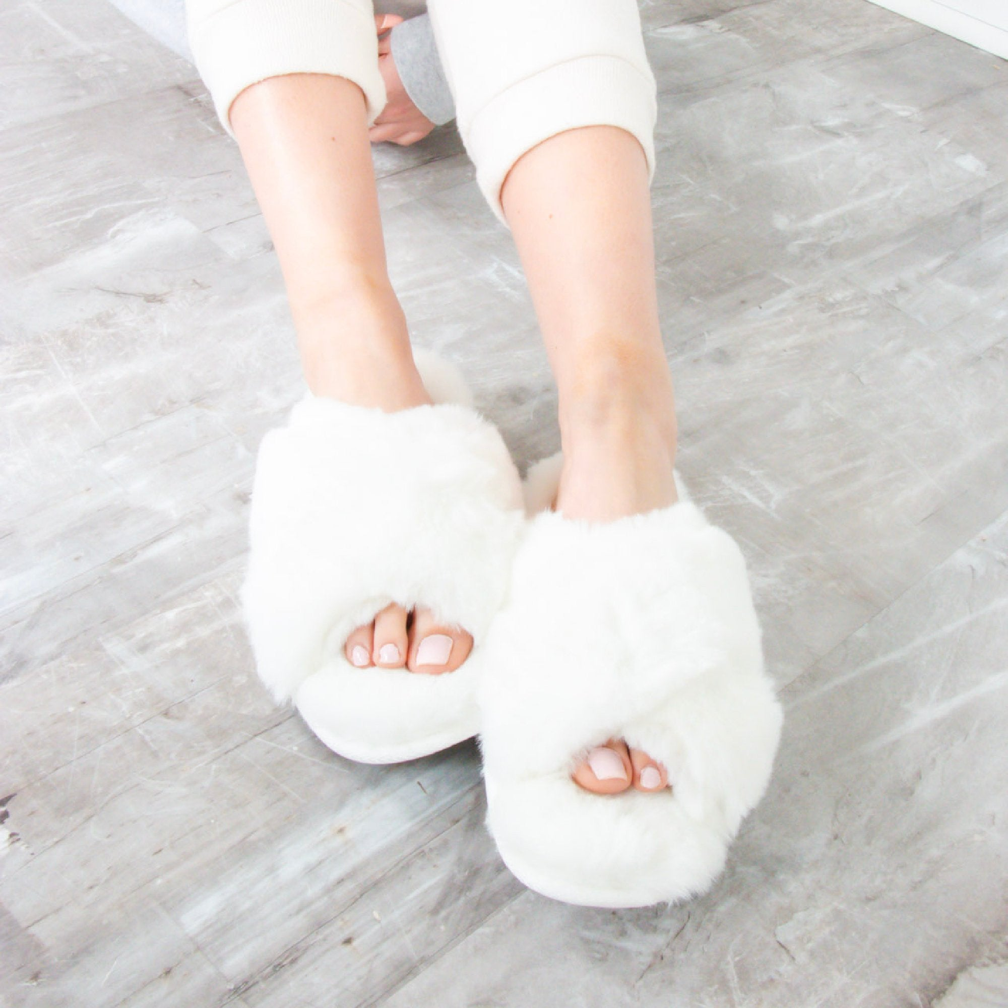 SLIPPERS WHITE - TYPE 1 DIABETES SIZE 7-8