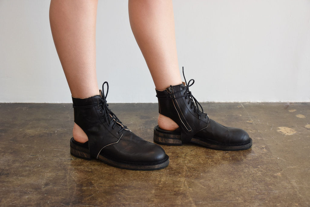"Cut-Out Ankle Boot, Glace Nero ""Washed"""