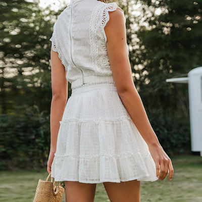 Simplee Two-Piece White Holiday Dress Women Sleeveless Hollow Out Ruffle Lace Up Mini Dresses Summer Short Top Skirt Lady Dress au tissu raffiné