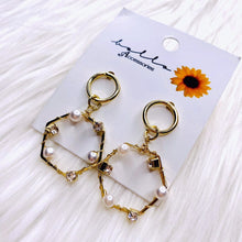 Load image into Gallery viewer, BELLO ACCESSORIES | DANGLING EARRINGS GOLD AND WHITE PEARL HEXAGON