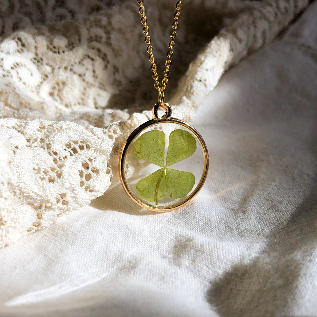 FRIA | TYCHE - PRESERVED FOUR LEAF CLOVER IN RESIN NECKLACE