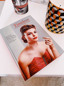 Coffee table book - Timeless : A Century of Iconic Looks, carte de Louise Young , Loulia Sheppard