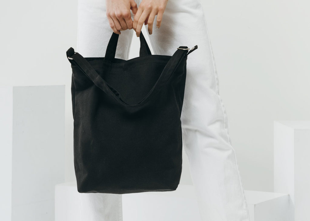 With two carry options, the Duck Bag in black by Baggu is a perfect daily tote.