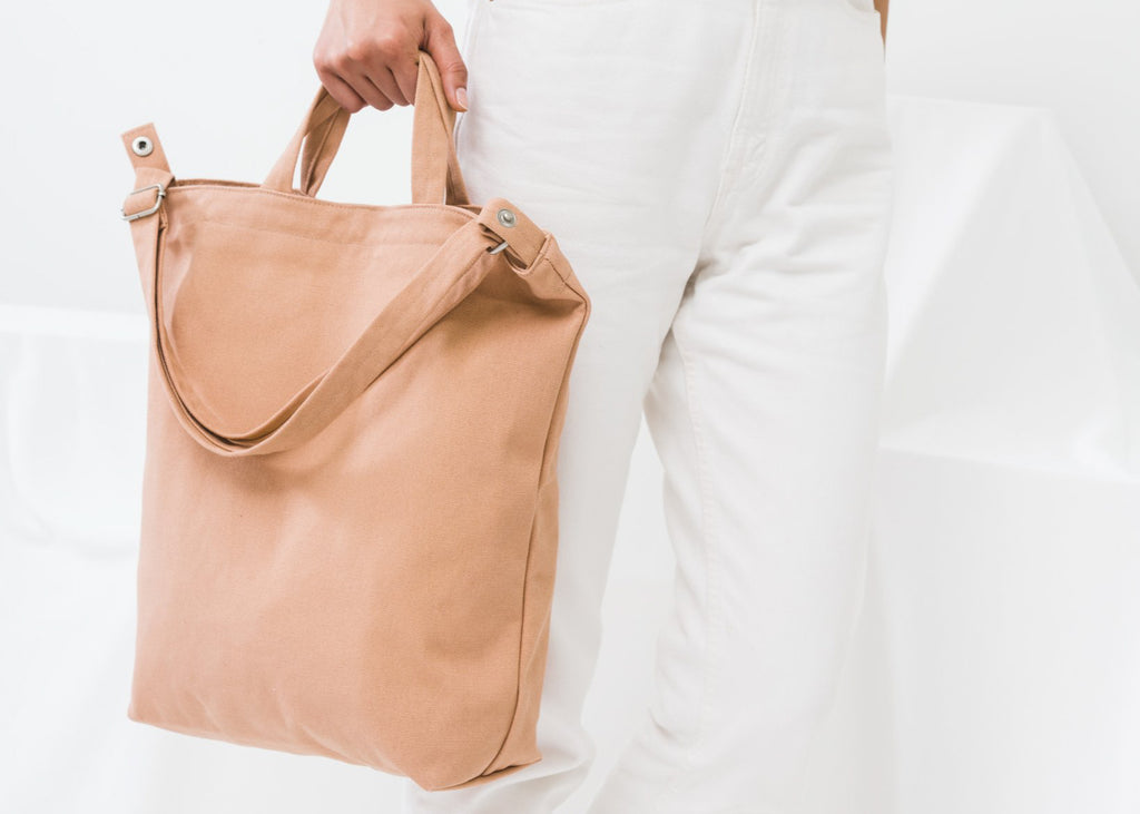 Two carry options highlight the Duck Bag in Canyon from Baggu.