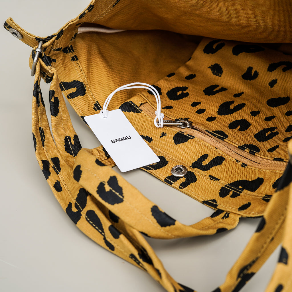 The interior of the Duck Bag shopping tote from Baggu has a zipper pouch for easy storage.