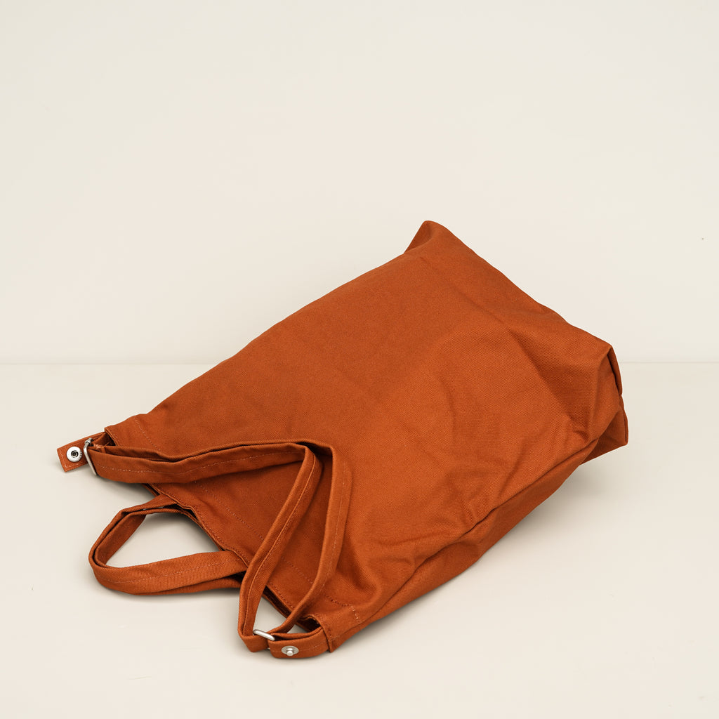 The Duck Bag shopping tote from Baggu in Umber.