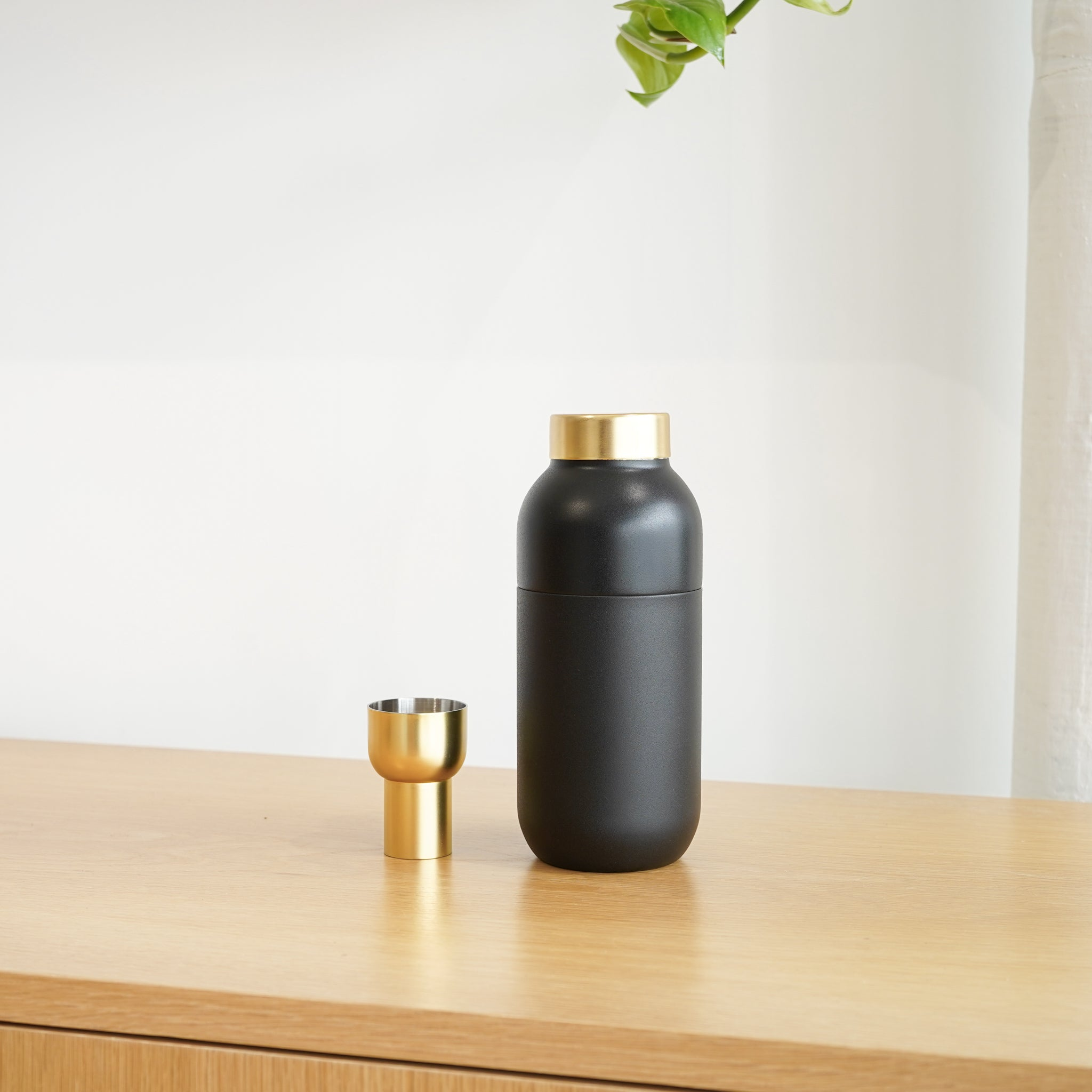 The The Collar Cocktail Shaker was designed by Daniel Debiasi & Federico Sandri for Danish design brand Stelton.