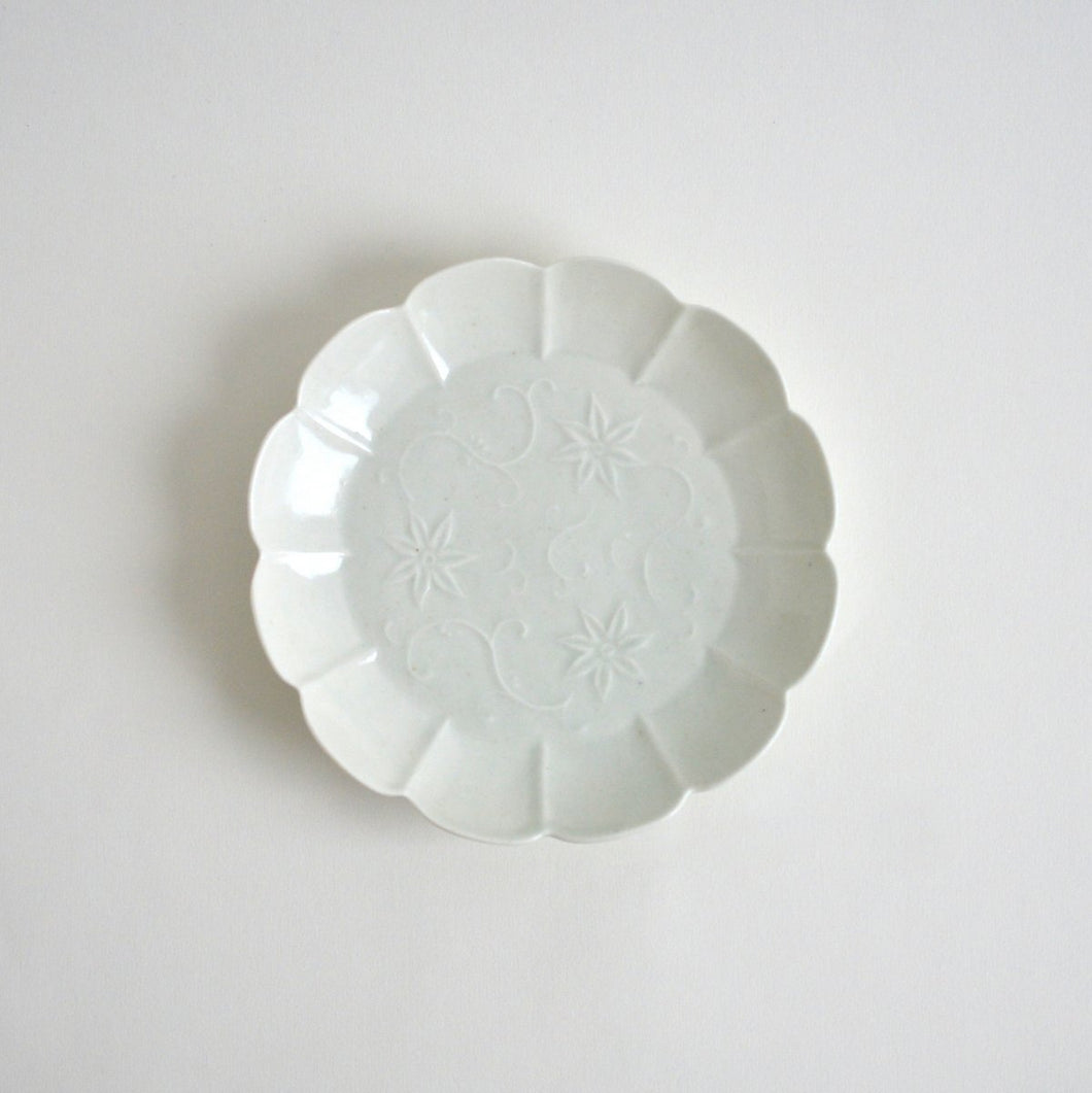 Embossed Clematis florida flower Dish 6.3 in (White) ; Haruya Abe