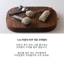 Load image into Gallery viewer, Korean description on Badaro rice shrimp with spoon ratios showing the size of Badaro rice shrimp.