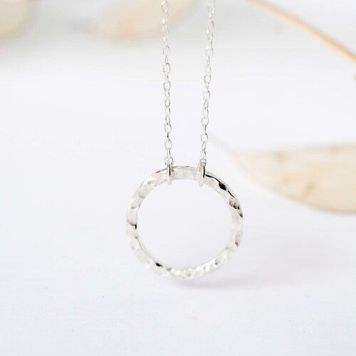 Textured circle pendant gerecyclede zilveren ketting Wild Fawn