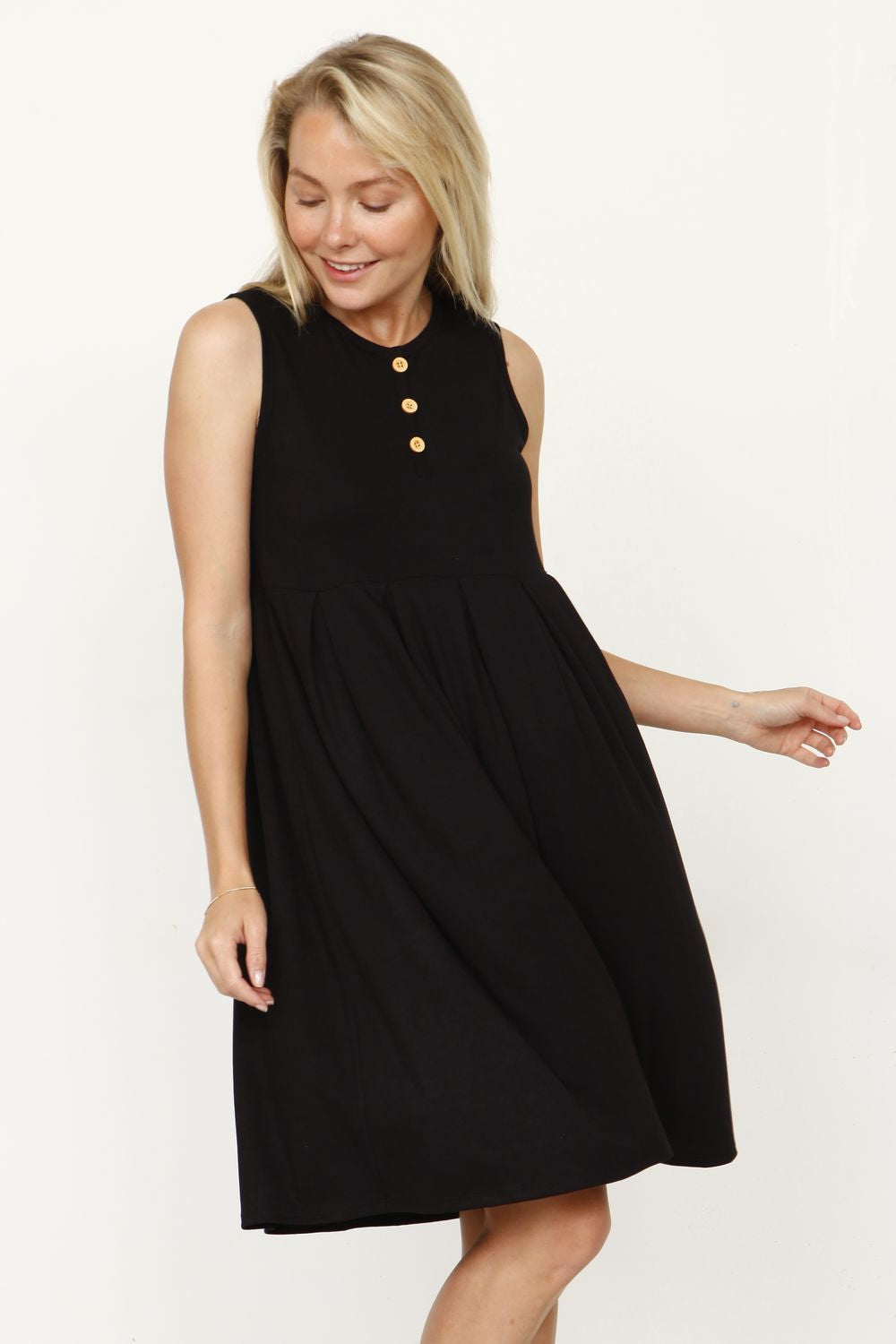 Black Sleeveless Button Accent Pleated Mini Dress_Plus