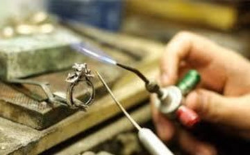 the picture shows a claw beign fitted to a ring before the stone goes in