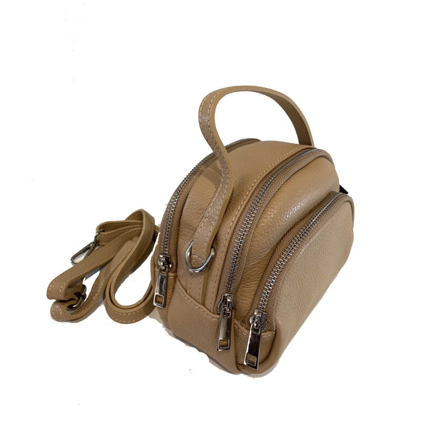 Bauletto mini in vera pelle martellata di color beige, diviso in due scomparti e tasche sui lati