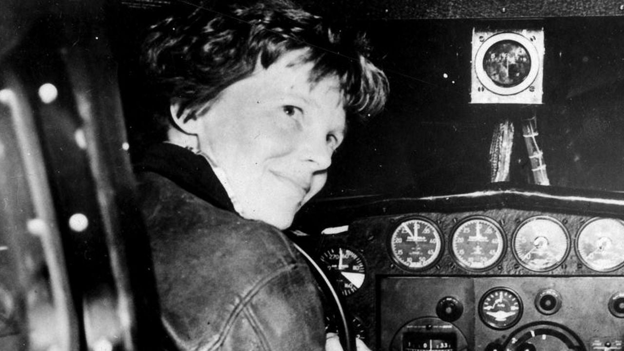Amelia aux commandes d'un avion