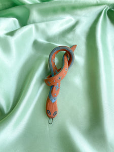 SNAKE no. 18 (Blue cross knot)