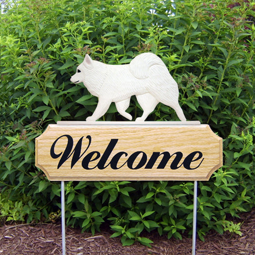 American Eskimo Dog in Gait Yard Welcome Stake