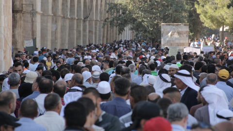 JAR_011 Ramadan in Al Aqsa, Haram Al Sharif: worshipers preparing for evening prayer