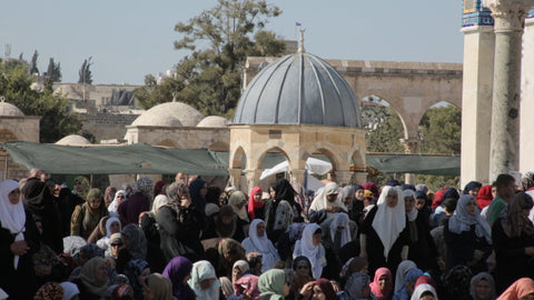 JAR_020 Ramadan in Al Aqsa, Haram Al Sharif: shot of women before prayer