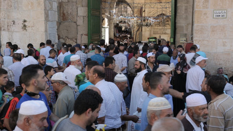 JAR_022 Ramadan in Al Aqsa, Haram Al Sharif: worshipers gathering for the Friday Ramadan prayer