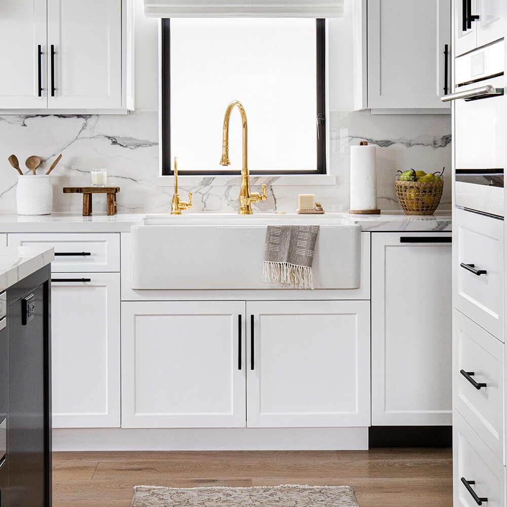 Coastal cool kitchen with high end kitchen decor and tools