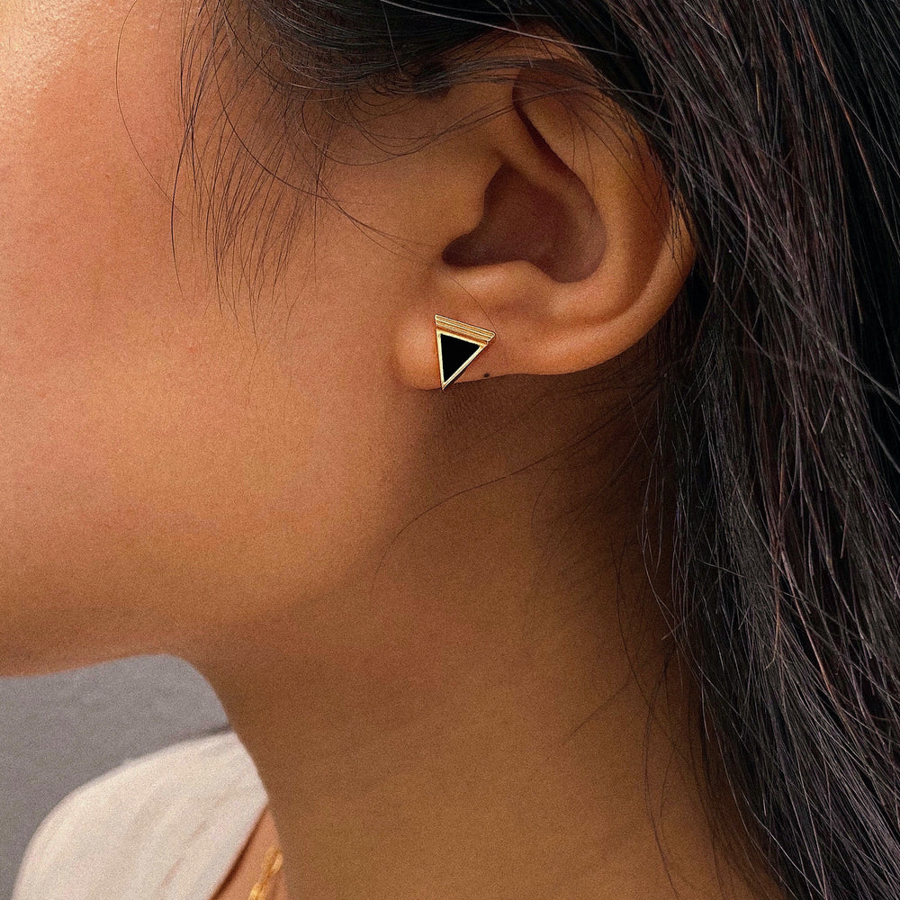Load image into Gallery viewer, Black Onyx Geometría Triangle Gold Stud Earrings