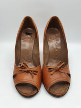 Load image into Gallery viewer, 1940s Amazing Tan Peep Toe Leather Court Shoes With Bow