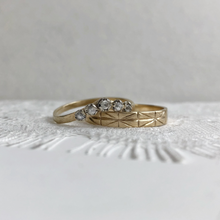 Load image into Gallery viewer, Constance with 4mm Geometric yellow gold - Wedding band set