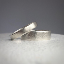 Load image into Gallery viewer, 4mm and 6mm widths- Rustic wedding band set - Wedding bands his and hers - Wedding bands - Handcrafted in ethically sourced sterling silver - Men's wedding bands.