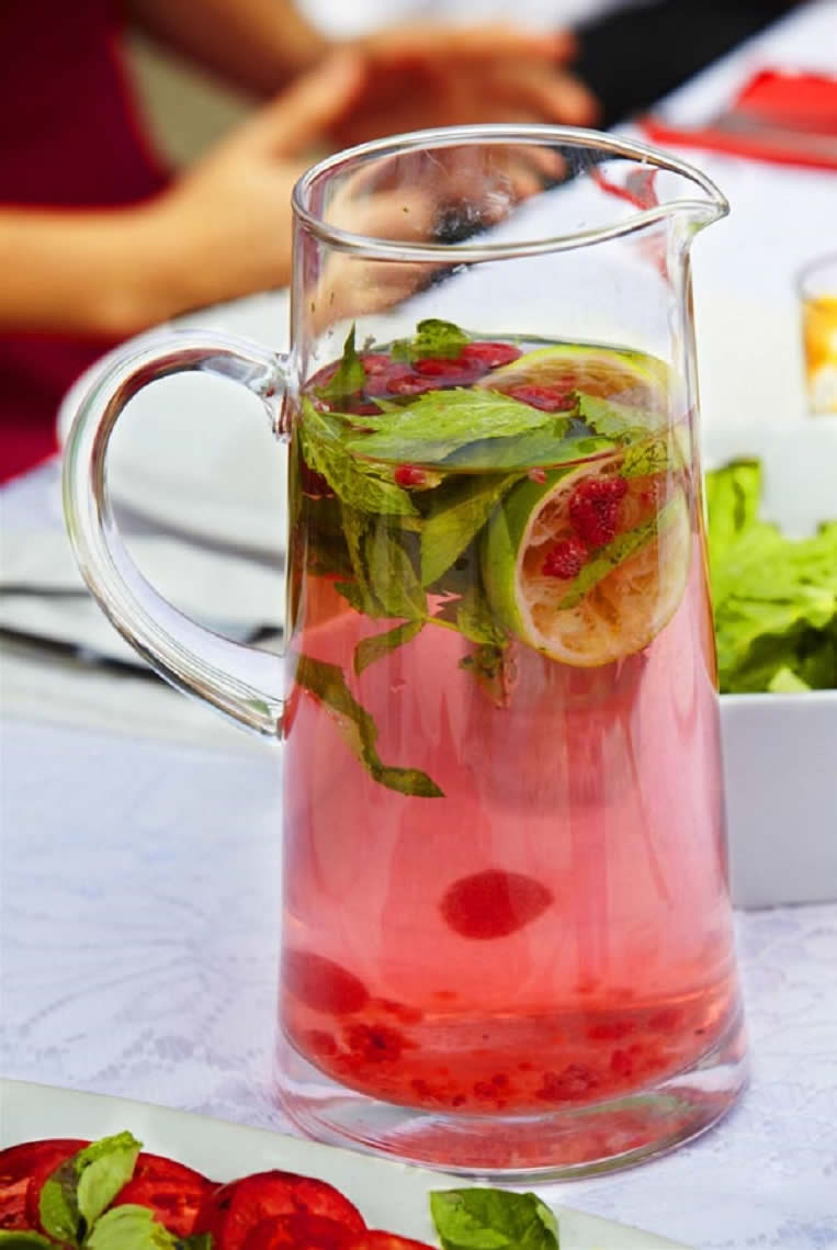 fruit-infused-water-for-beach-babes
