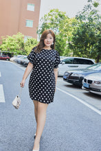 Load image into Gallery viewer, plus size black and white polka dot flutter sleeve shift dress