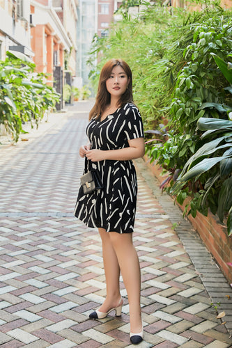 plus size black and white graphic print zip front dress