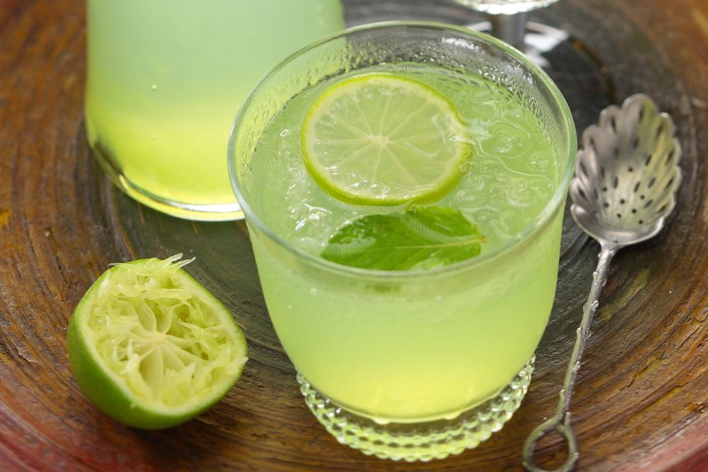 Traditional Thai fresh lime (manao) soda drink recipe - WATCHAREE'S