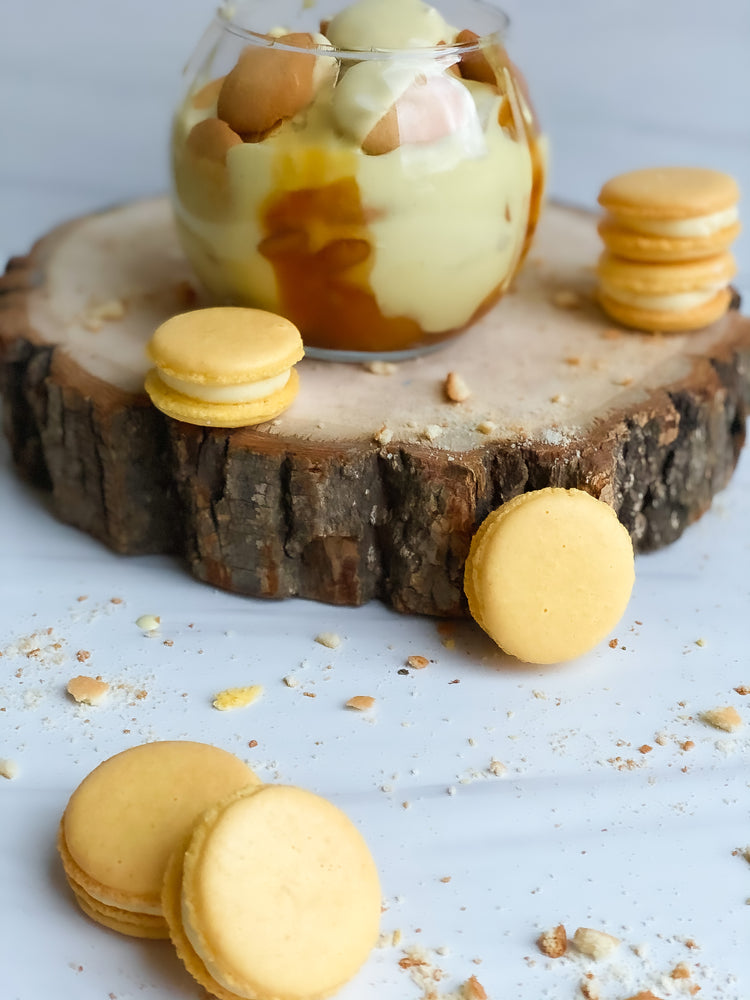 Load image into Gallery viewer, Banana pudding crunch macarons filled with banana pudding filling