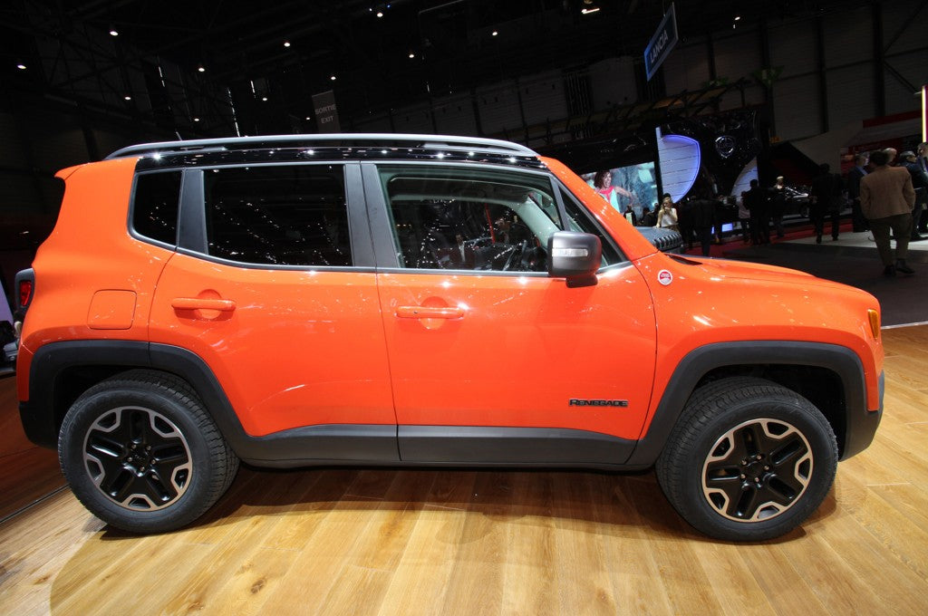 2015-jeep-renegade-trailhawk-show-floor-side-view