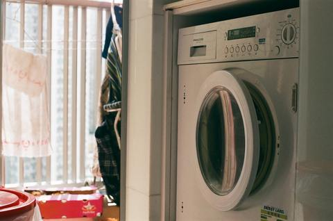 disinfecting the drum and the door seal of the washing machine with disinfecting wipes