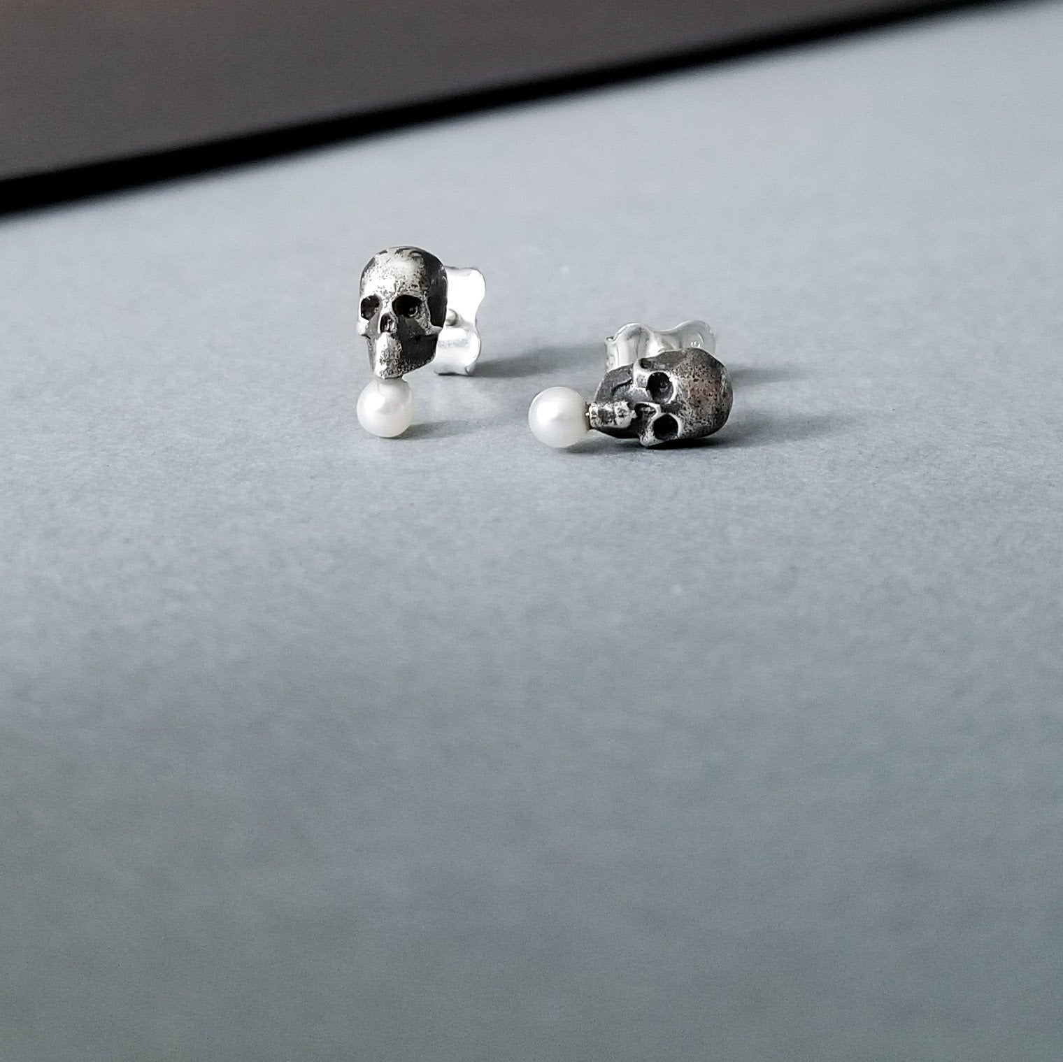 Tiny Pearl Skull Earrings - Inchoo Bijoux