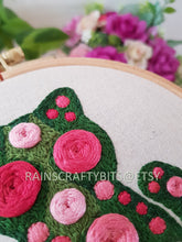 "Load image into Gallery viewer, 5"" Floral Cat Embroidery Hoop Art Wall Deco"