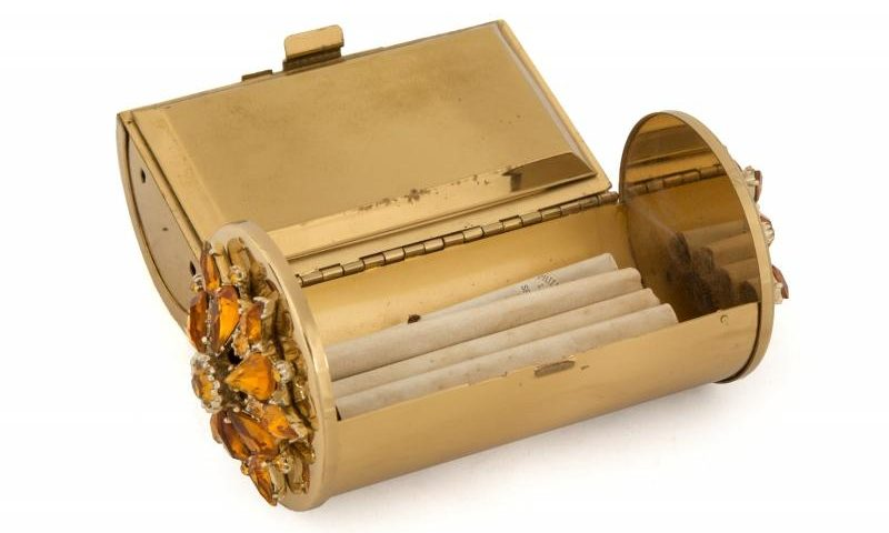 A metal case with cigarrettes