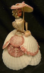 figurine dame en robe en coquillages