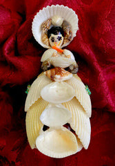 figurine dame en robe coquillages
